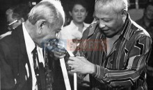 tunku_abdul_rahman_receiving_the_1985_sportswriters_association_of_malaysia_gold_award_for_leadership_from_sultan_ahmad_shah_the_fa_of_malaysia_president_20091208_1737806679